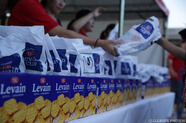 準々決勝に引き続き、準決勝でも来場者にヤマザキビスケット社新製品「Levain」をプレゼント!