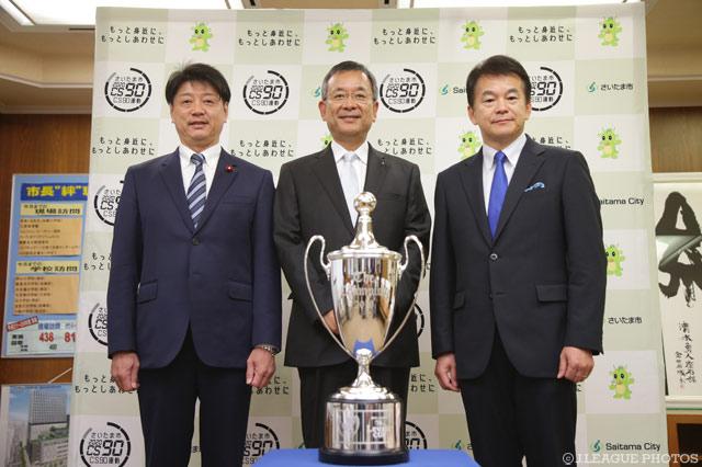 記念撮影に収まる清水市長(右)、村井チェアマン(中央)、桶本議長(左)