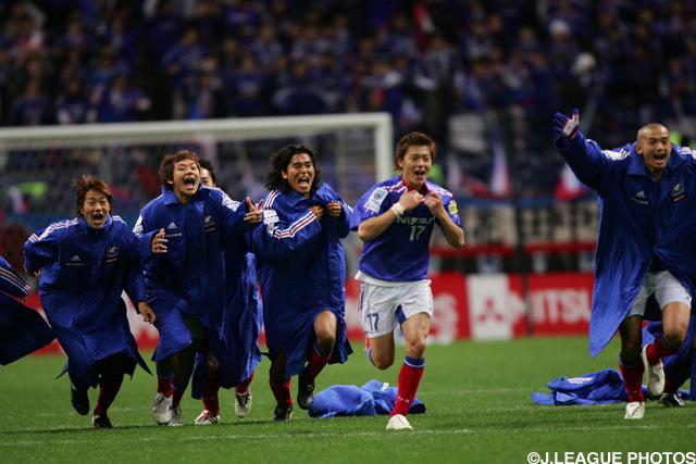 中澤、松田を中心とした堅守が際立つ。CSで浦和を下した横浜FMが貫禄の連覇!【Jリーグヒストリー:2004年】