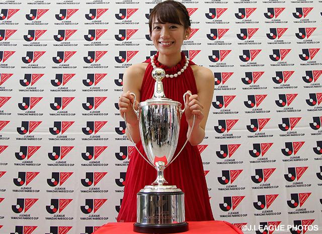 【決勝Tオープンドロー:ヤマザキナビスコカップ】優勝カップを前に微笑む女子マネの佐藤美希さん