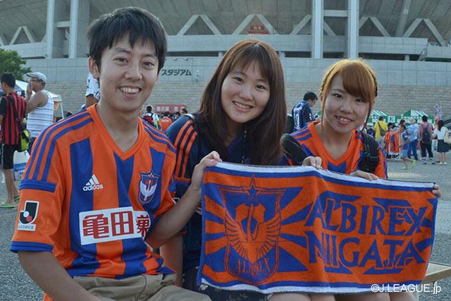 【明治安田J1 2nd 第5節 新潟vsG大阪】タオルを持って写真に収まる新潟のファン・サポーター