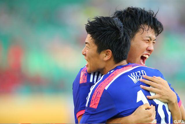 【EAFF東アジアカップ2015 日本vs北朝鮮】先制点を挙げた武藤(浦和)がゴールをお膳立てした遠藤(湘南)とがっちりと抱擁