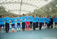 ファン・サポーターと喜びを分かち合う磐田の選手たち