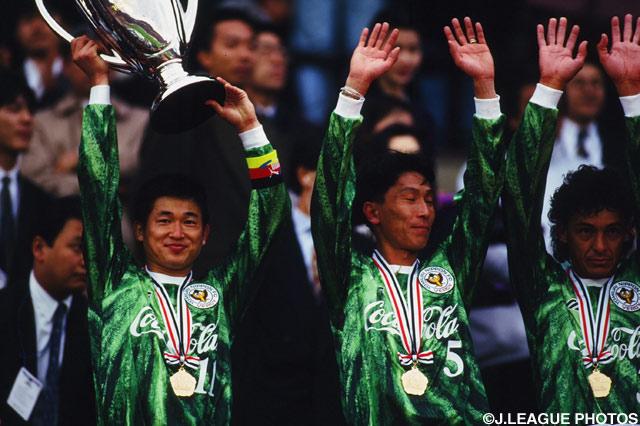 カップを掲げて微笑む三浦 知良(V川崎)【1994年 横浜FvsV川崎】