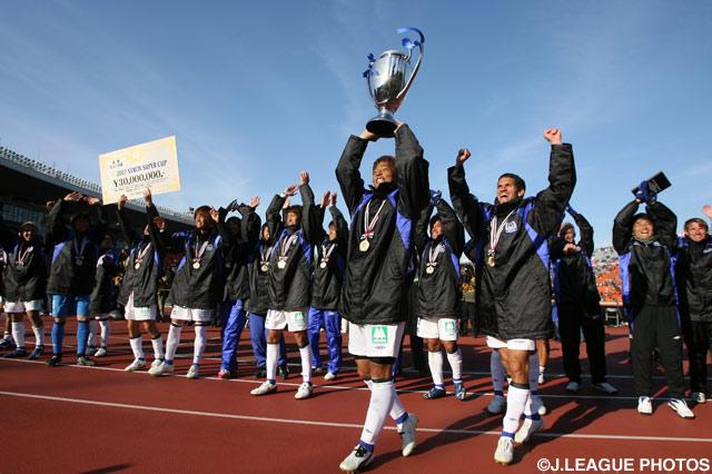 サポーターと勝利の喜びを共有するG大阪の選手たち【2007年 浦和vsG大阪】