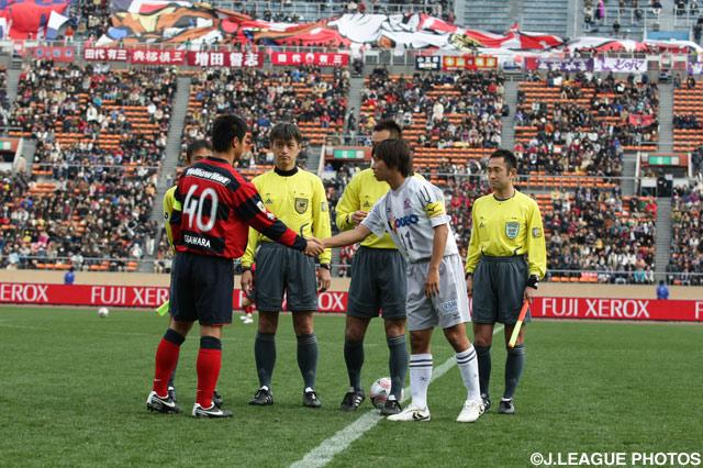 小笠原 満男(鹿島)と佐藤 寿人(広島)が握手を交わす【2008年 鹿島vs広島】