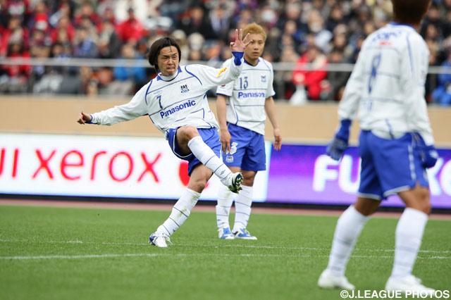 遠藤 保仁(G大阪)は得意のFKで鹿島ゴールを脅かしたが…【2009年 鹿島vsG大阪】