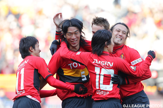 先制点を決めた増川 隆洋(# 5)と祝福する選手達【2011年 名古屋vs鹿島】