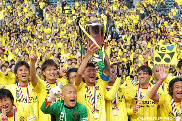 歓喜に沸く柏のメンバーとサポーター【2012年 柏vsFC東京】