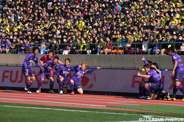 大会スポンサーをPRする広島のゴールパフォーマンス【2013年 広島vs柏】