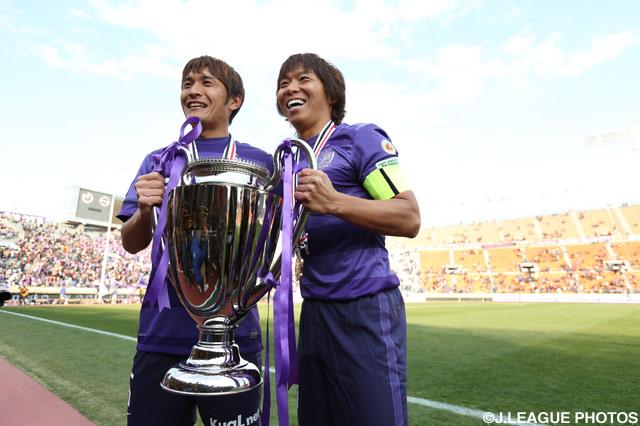 絶大な存在感を放ち優勝に貢献した青山 敏弘(左)と佐藤 寿人(右)【2013年 広島vs柏】