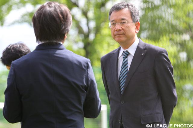 5月11日熊本を訪問した村井 満Jリーグチェアマンは、練習冒頭で熊本の選手・スタッフへ激励の挨拶をしました