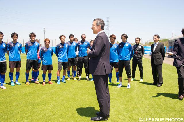 5月12日に大分を訪問した村井 満Jリーグチェアマンは、練習を終えた大分の選手・スタッフへ激励の挨拶をしました