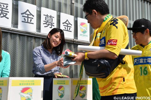 献身的に募金活動を行う女子マネの佐藤美希(2016年5月15日)
