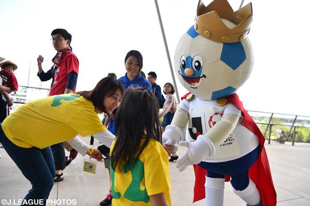 千葉ファンの女の子と握手(2016年5月15日 明治安田J2 第13節@フクアリ)