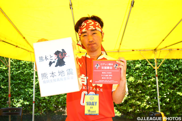募金活動に参加する人気お笑いコンビ・スピードワゴンの小沢一敬さん(2016年5月22日)