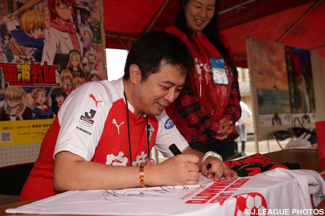「電波教師」作者の東 毅(あずま たけし)先生によるチャリティサイン会が開催(2016年5月28日)
