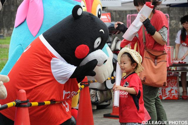 くまモンがちびっ子サポーターとハイタッチ!(2016年6月8日)