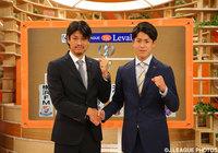 城後 寿(福岡)と小川 諒也(FC東京)ががっちり握手