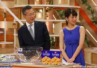 オープンドローに出席した、Jリーグ村井 満チェアマンとJリーグ女子マネージャーの佐藤 美希さん