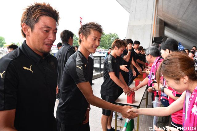 C大阪の選手たちも支援募金活動に参加しました(2016年7月3日)