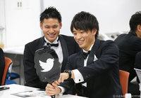 柏の中村 航輔(左)と中谷 進之介もTwitterミラーににっこり!