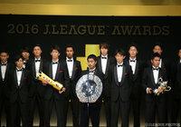 シャーレを持ち、Jリーグ王者に輝いた今季を振り返った小笠原 満男(鹿島)