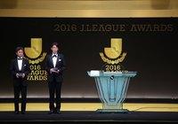 最優秀主審賞を受賞した西村 雄一さん(右)と副審賞を受賞した名木 利幸さん(左)