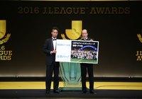最優秀ゴール賞を受賞し、UEFAチャンピオンズリーグ観戦ペアの旅を贈呈された田口(名古屋)