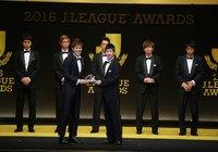 ベストイレブンに選ばれた西川(浦和)にクリスタル・オーナメントを贈呈する男子短距離日本代表の桐生 祥秀さん