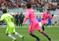 直接FKをゴール右隅へと突き刺し、先制点を挙げた遠藤 康(鹿島)