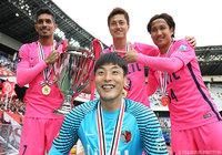 今季最初のタイトルに笑顔を見せる鹿島のクォン スンテ(前列)、ペドロ ジュニオール、鈴木 優磨、金森 健志(後列左から)