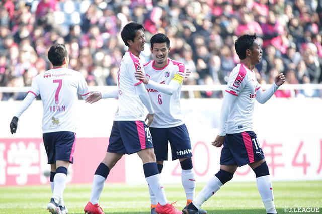 走り込んだ山口 蛍(C大阪)が右足を振り抜いてネットを揺らし、C大阪が先制【FUJI XEROX SUPER CUP 2018】