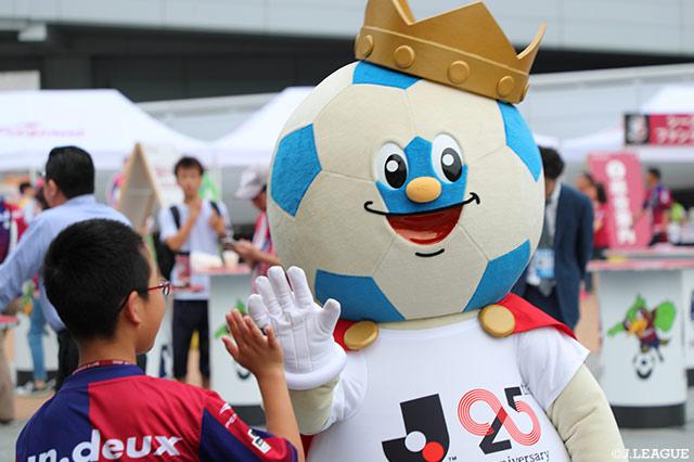 Jリーグキングがハイタッチでお出迎え♪【明治安田J2 第15節 岡山vs東京V】