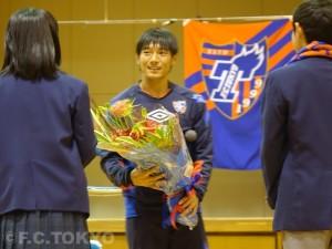 生徒の代表からお礼の花束を受け取りました